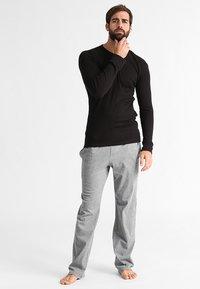 Levi's® - LEVIS 300LS LONG SLEEVE HENLEY - Koszulka do spania - black - 1