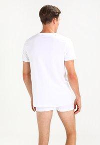 Levi's® - V-NECK COMFORT FIT 2 PACK - Aluspaita - white - 2