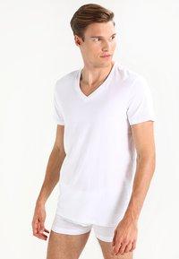 Levi's® - V-NECK COMFORT FIT 2 PACK - Aluspaita - white - 0