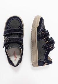 Superfit - EARTH - Chaussures à scratch - blau/beige - 0