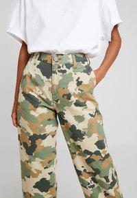 Lee - WIDE LEG - Flared jeans - green/beige - 3