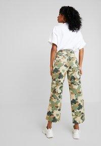 Lee - WIDE LEG - Flared jeans - green/beige - 2