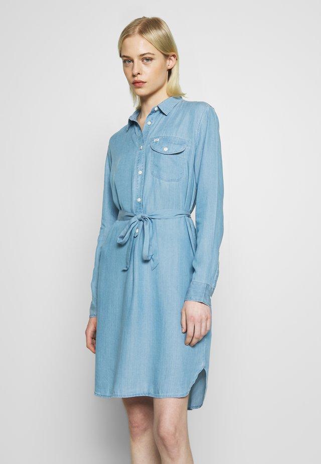 ESSENTIAL DRESS - Vestido camisero - summer blue
