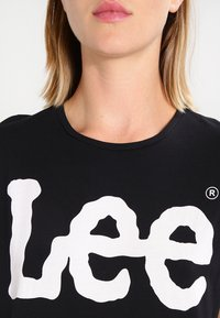Lee - LOGO TEE - T-shirt z nadrukiem - black - 3
