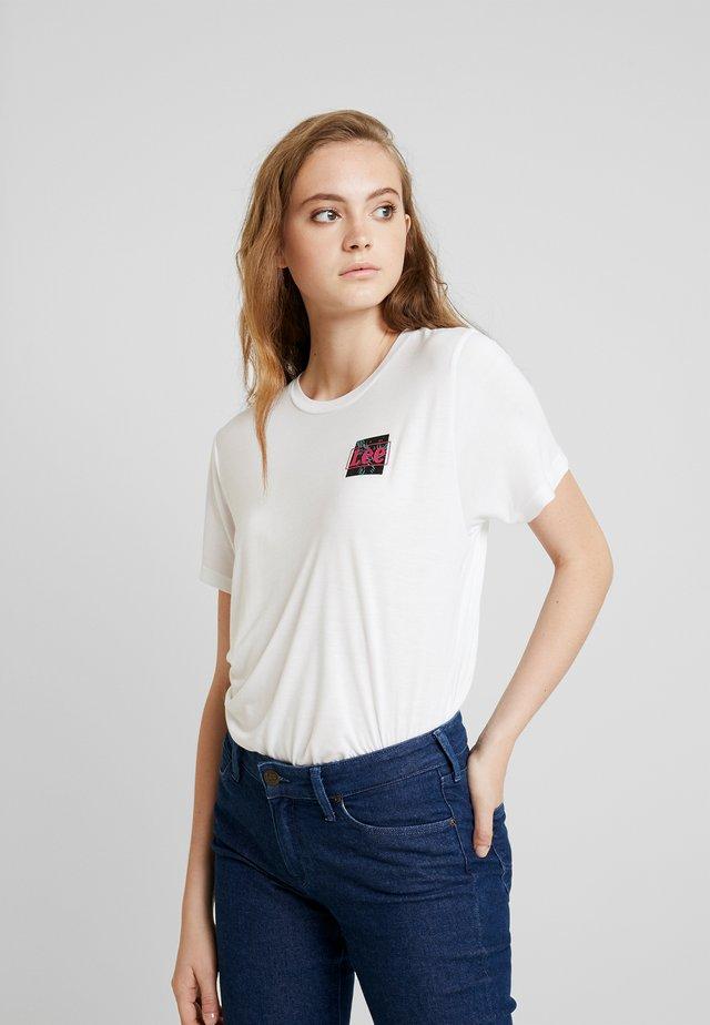 RELAXED FIT TEE - T-shirt z nadrukiem - bright white