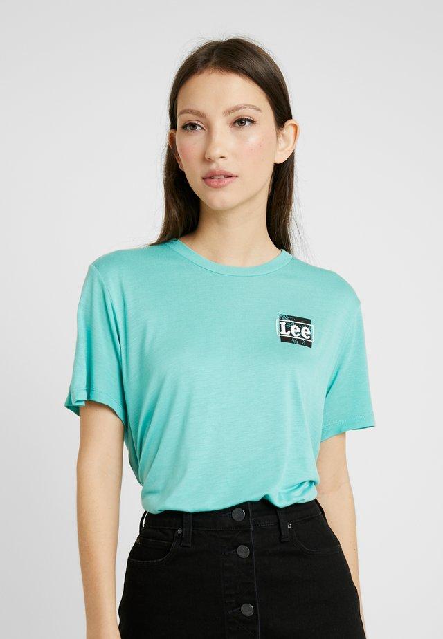 RELAXED FIT TEE - T-shirt z nadrukiem - agate green