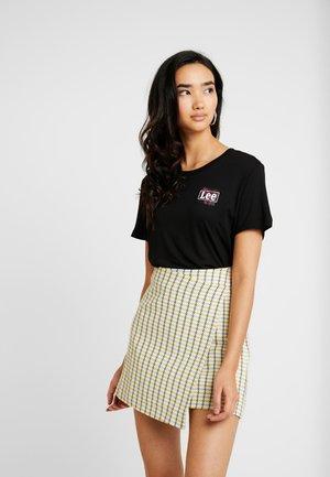 RELAXED FIT TEE - T-shirt z nadrukiem - black
