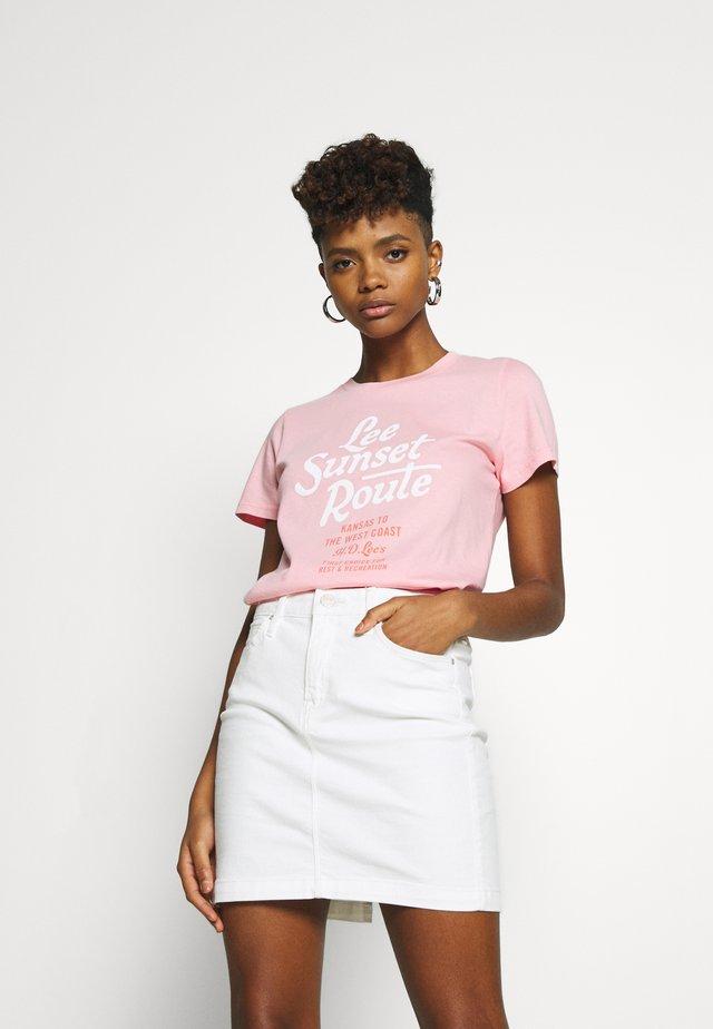 LEEGRAPHIC TEE - T-shirt z nadrukiem - la pink