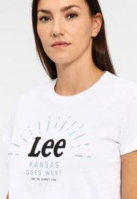 Lee - SEASONAL  - T-shirt z nadrukiem - white - 3