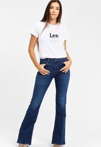Lee - SEASONAL  - T-shirt z nadrukiem - white - 1