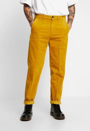 RELAXED CHINO - Pantalones - nugget gold