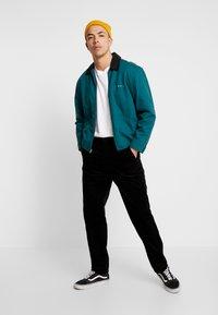 Lee - RELAXED CHINO - Spodnie materiałowe - black - 1