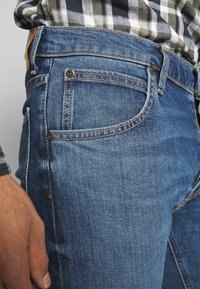 Lee - DAREN BUTTON FLY - Jeans a sigaretta - mid city tint - 4
