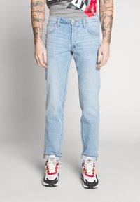 Lee - DAREN BUTTON FLY - Jeans a sigaretta - mid city worn - 0