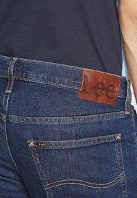 Lee - DAREN ZIP FLY - Jeans straight leg - dark stonewash - 5