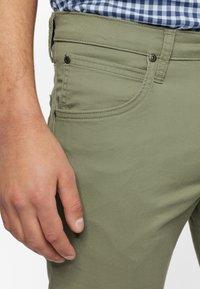 Lee - DAREN ZIP FLY - Pantaloni - lichen green - 3