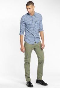 Lee - DAREN ZIP FLY - Pantaloni - lichen green - 1