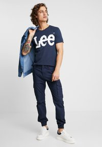 Lee - LOGO TEE - T-shirt con stampa - navy drop - 1