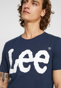Lee - LOGO TEE - T-shirt con stampa - navy drop - 4
