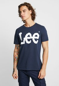 Lee - LOGO TEE - T-shirt con stampa - navy drop - 0