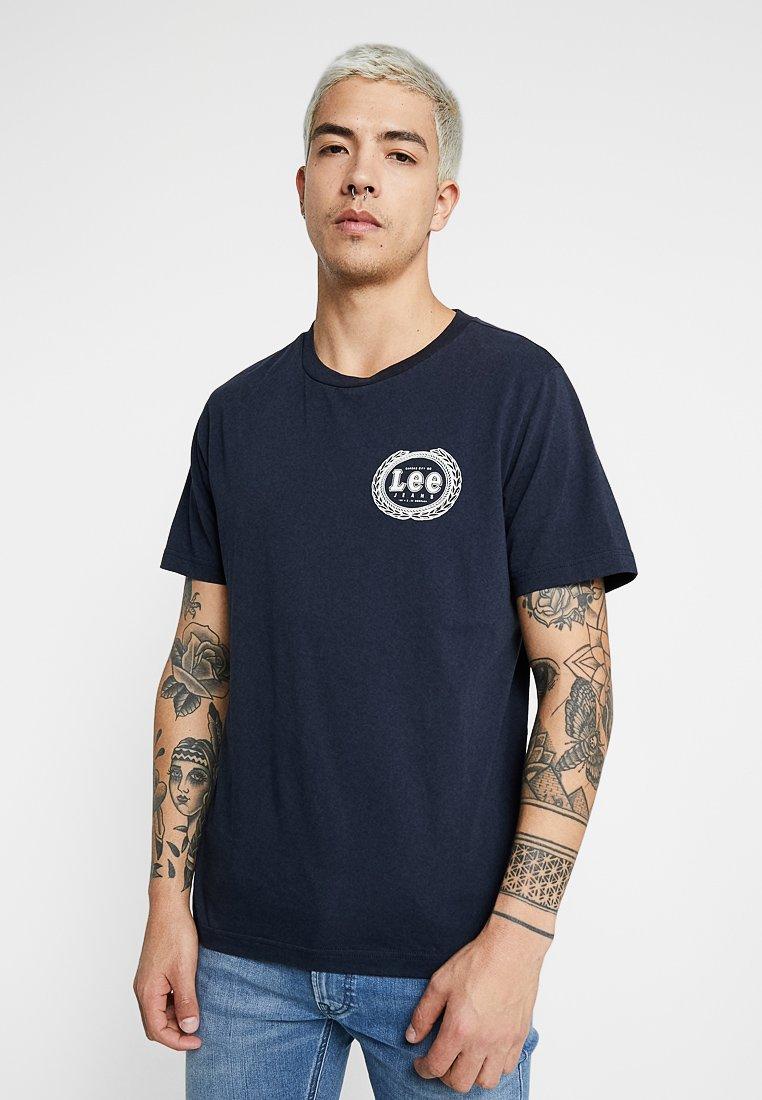 Lee - EMBLEM TEE - Camiseta estampada - sky captain