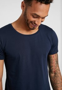 Lee - SHAPED TEE - T-shirt - bas - sky captain - 4