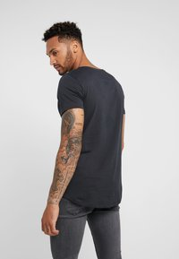 Lee - SHAPED TEE - Jednoduché triko - washed black - 2