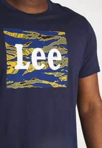 Lee - CAMO PACKAGE TEE - T-shirt con stampa - dark navy - 4