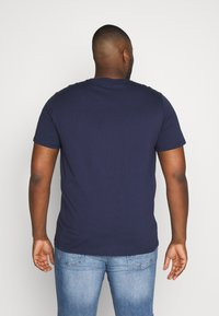 Lee - CAMO PACKAGE TEE - T-shirt con stampa - dark navy - 2