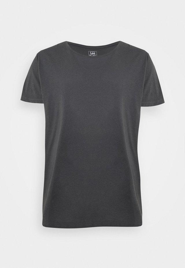 SHAPED TEE - Jednoduché triko - washed black