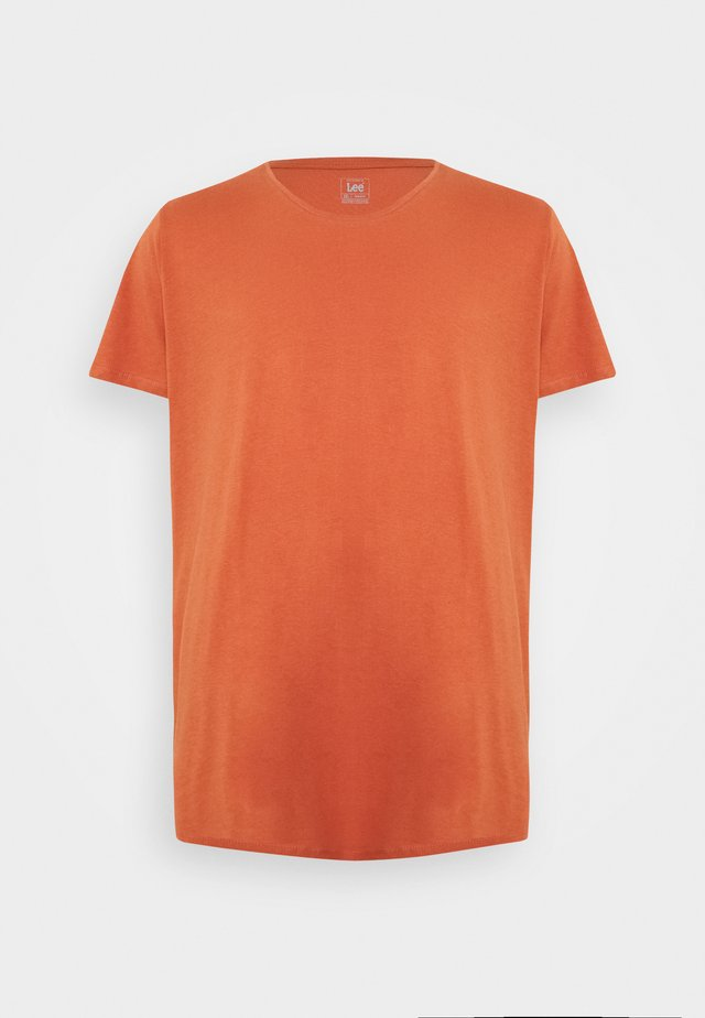 SHAPED TEE - Jednoduché triko - burnt ocra