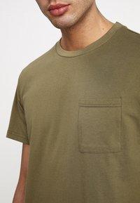 Legends - FARO POCKET - Camiseta básica - olive - 4