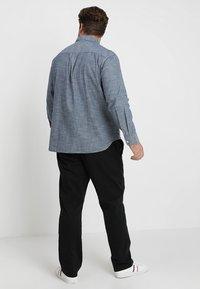Levi's® Plus - BIG CLASSIC - Shirt - indigo chambray - 2