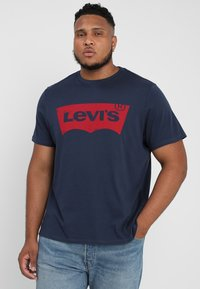 Levi's® Plus - BIG GRAPHIC TEE - T-shirt z nadrukiem - dress blues - 0
