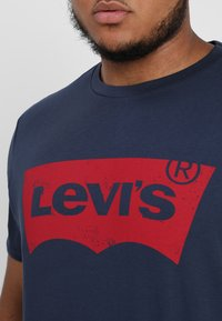 Levi's® Plus - BIG GRAPHIC TEE - T-shirt z nadrukiem - dress blues - 5