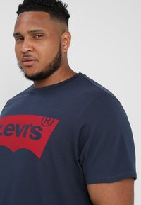Levi's® Plus - BIG GRAPHIC TEE - T-shirt z nadrukiem - dress blues - 3