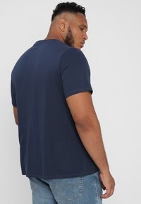 Levi's® Plus - BIG GRAPHIC TEE - T-shirt z nadrukiem - dress blues - 2