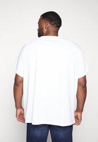 Levi's® Plus - BIG GRAPHIC TEE - Print T-shirt - white - 2