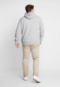 Levi's® Plus - BIG GRAPHIC HOODIE - Hoodie - midtone heather grey - 2
