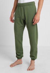 Les Girls Les Boys - TRACK PANT BIG LOGO - Pyjama bottoms - khaki - 0