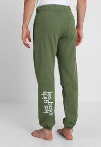 Les Girls Les Boys - TRACK PANT BIG LOGO - Pyjama bottoms - khaki - 2