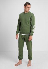 Les Girls Les Boys - LOOPBACK  - Pyjama top - khaki - 1