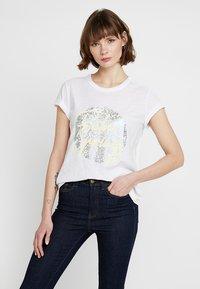 Levete Room - ALVINA - Camiseta estampada - white - 0