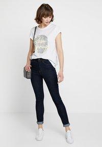 Levete Room - ALVINA - Camiseta estampada - white - 1
