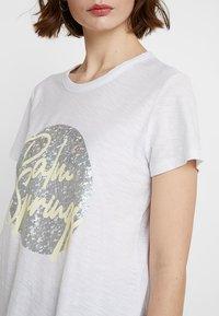 Levete Room - ALVINA - Camiseta estampada - white - 4