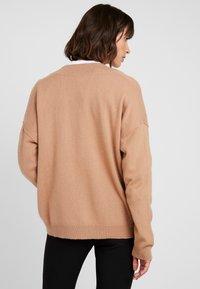 Levete Room - FUNDA - Strickpullover - brown camel melange - 2