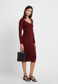 Lez a Lez - VESTIDO MALHA NEW HERVE - Pouzdrové šaty - bordo red wine - 2