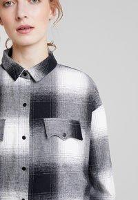 Lez a Lez - CAMISA TECIDO KENT - Camisa - preto reativo - 5