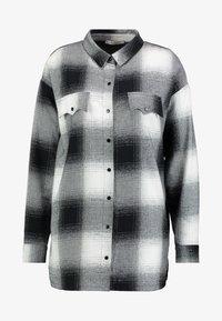 Lez a Lez - CAMISA TECIDO KENT - Camisa - preto reativo - 4