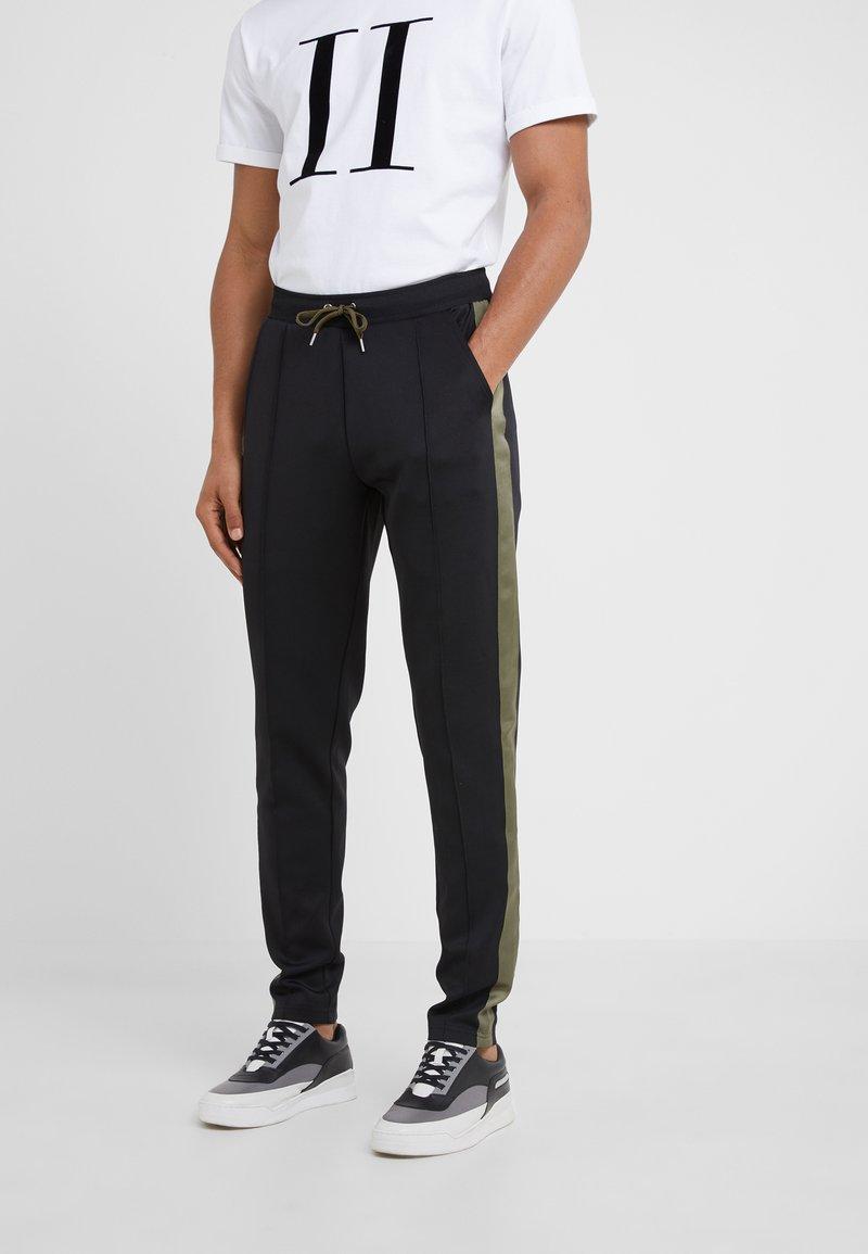 Les Deux - HERMITÉ TRACK PANTS - Pantalones deportivos - black/dark olive green